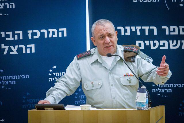 El Jefe de Estado Mayor de la FID, Gadi Eizenkot, habla en una conferencia en el Centro Interdisciplinario en Herzliya el 2 de enero de 2018. Foto de Flash90.