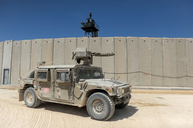 Un vehículo del ejército israelí conduce cerca de un nuevo muro de hormigón en la frontera entre Israel y el Líbano cerca de Rosh Hanikra en el norte de Israel el 5 de septiembre de 2018. Foto de Basel Awidat / Flash90.