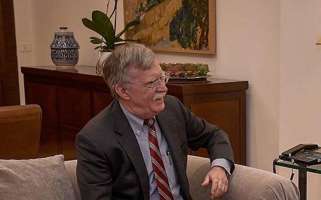 El asesor de seguridad nacional de los Estados Unidos, John Bolton, se reúne con el primer ministro israelí, Benjamin Netanyahu (no aparece en la foto) en la residencia del primer ministro en Jerusalén, el 6 de enero de 2019. (Matty Stern / Embajada de los Estados Unidos en Jerusalén)