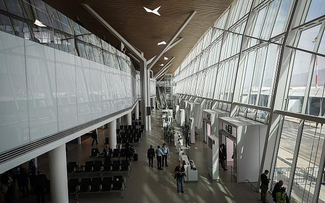 El nuevo aeropuerto de Ramon, nombrado en memoria de Ilan y Asaf Ramon, durante la ceremonia oficial de apertura, cerca de la ciudad de Eilat, sur de Israel, el 21 de enero de 2019. (Yonatan Sindel / Flash90)