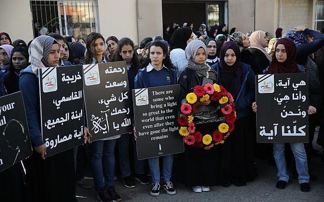 Los estudiantes lloran a Aya Maasarwe en Baqa al-Gharbiya el 23 de enero de 2019. (Hadas Parush / Flash90)