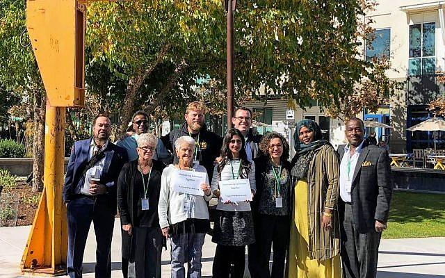 Tania Joya (centro) con otros miembros de 'Parents for Peace', una ONG que trabaja con individuos y comunidades afectadas por el extremismo. (Cortesía)