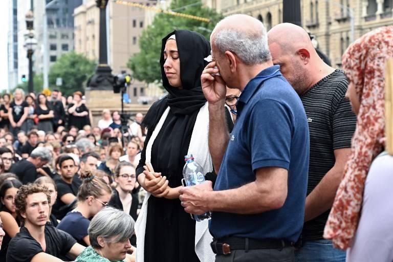 Las personas asisten a una vigilia en memoria del estudiante israelí asesinada Aiia Maasarwe en Melbourne el 18 de enero de 2019 (Allan LEE / AFP)