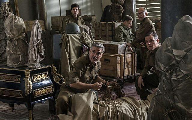 """De izquierda a derecha: Dimitri Leonidas, George Clooney, John Goodman, Bob Balaban y Matt Damon en la película """"Los hombres de los monumentos"""". (AP / Columbia Pictures / Claudette Barius)"""