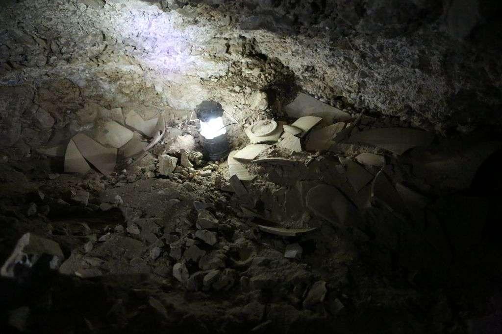 Fragmentos de frascos destrozados que se cree que contenían rollos robados del Mar Muerto, encontrados en la Cueva 53 cerca de Qumran. (Casey L. Olson y Oren Gutfeld, Universidad Hebrea)