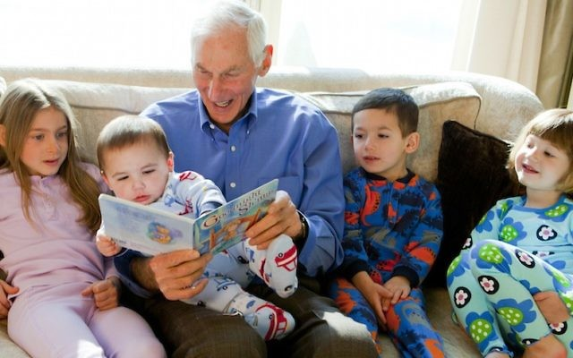 Ilustrativo: Harold Grinspoon, el fundador de PJ Library, lee uno de los libros del programa con una manada de niños. (Biblioteca PJ)