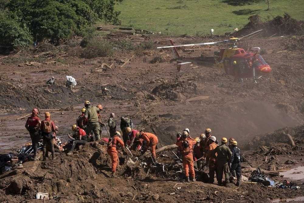Trabajadores de rescate trabajan en un sitio donde se encontró un cuerpo dentro de un vehículo atascado en el lodo, días después del colapso de una represa en Brumadinho, Brasil, lunes 28 de enero de 2019. (AP / Leo Correa)