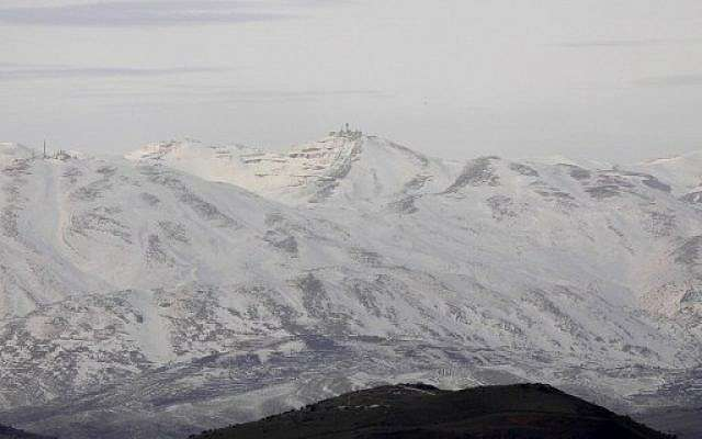 Una fotografía tomada desde el lado israelí de los Altos del Golán muestra una montaña cubierta de nieve dentro de Siria el 20 de enero de 2019. (JALAA MAREY / AFP)