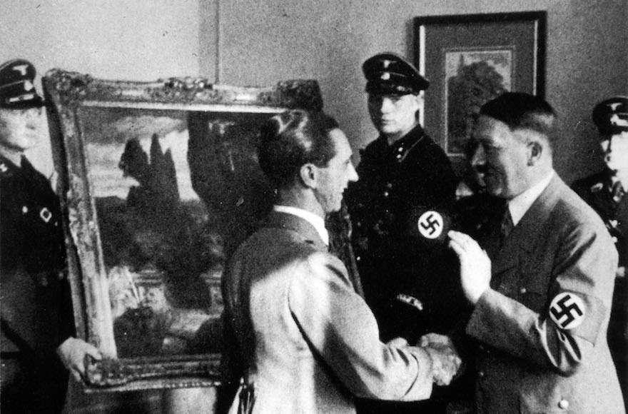 Ilustrativo: Adolf Hitler, a la derecha, mirando una obra de arte robada en 1940. (Foto 12 / UIG a través de Getty Images)