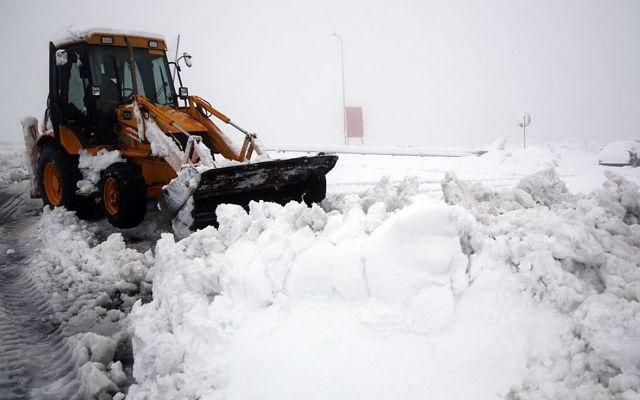 Un tractor quita nieve en la carretera en la intersección de Al Hader en Cisjordania, sábado 14 de diciembre de 2013. (Nati Shohat / Flash 90)