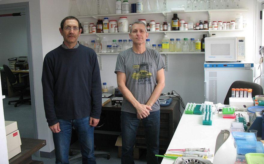 CEO y fundador de la startup Accelerated Evolution Biotechnologies Ltd. (AEBI) Ilan Morad, a la derecha, con Hanan Itzhaki, el director científico, en su laboratorio (Cortesía)