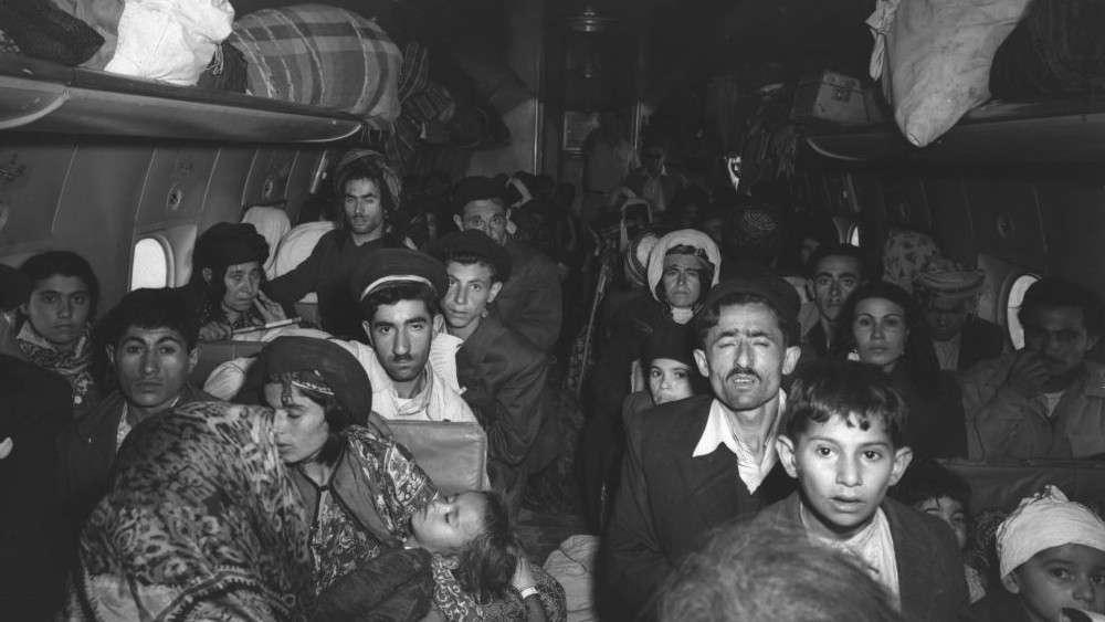 Un avión lleno de judíos iraquíes fotografiados a su llegada al aeropuerto de Lod en las afueras de Tel Aviv a principios de 1951 (Teddy Brauner, GPO)