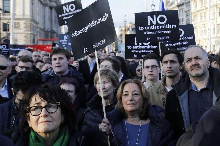 Miembros de la comunidad judía realizan una protesta contra el líder del Partido Laborista de la oposición, Jeremy Corbyn, y el antisemitismo en el Partido Laborista, frente a las Casas del Parlamento británico en el centro de Londres el 26 de marzo de 2018. (AFP / Tolga Akmen)