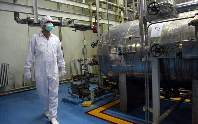 Un técnico iraní recorre la Instalación de conversión de uranio a las afueras de la ciudad de Isfahan, al sur de la capital, Teherán, Irán, febrero de 2007. (AP / Vahid Salemi / Archivo)