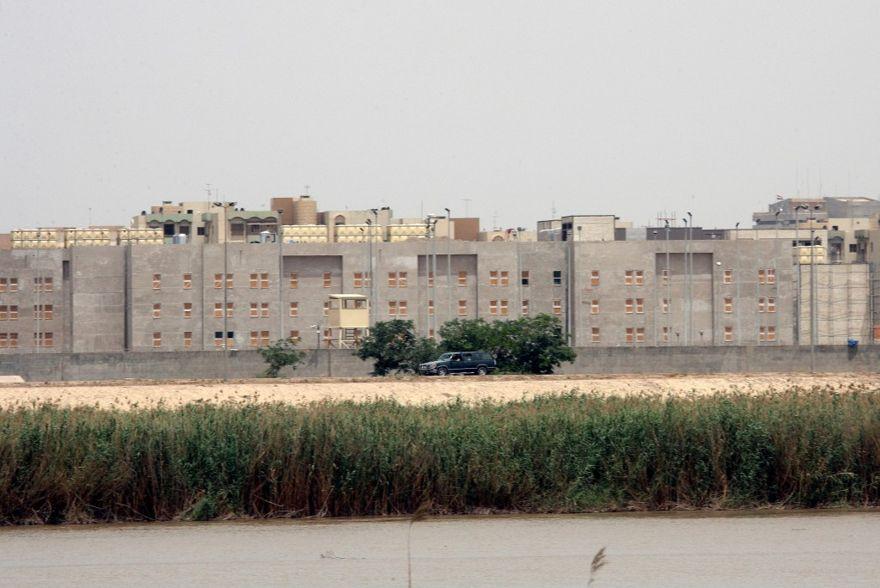 La embajada de Estados Unidos en Bagdad, Irak, vista desde el otro lado del río Tigris el 19 de mayo de 2007. (AP / Archivo)