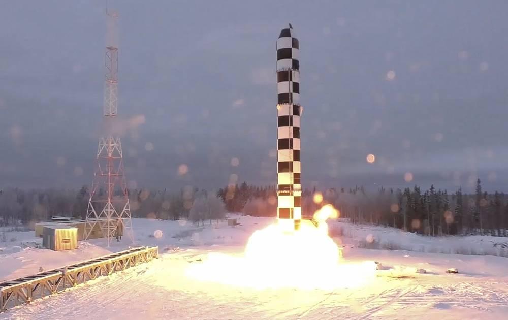 El nuevo misil balístico intercontinental Sarmat de Rusia se dispara durante un lanzamiento de prueba desde una ubicación no revelada en Rusia, el 1 de marzo de 2018. (RU-RTR Russian Television via AP)
