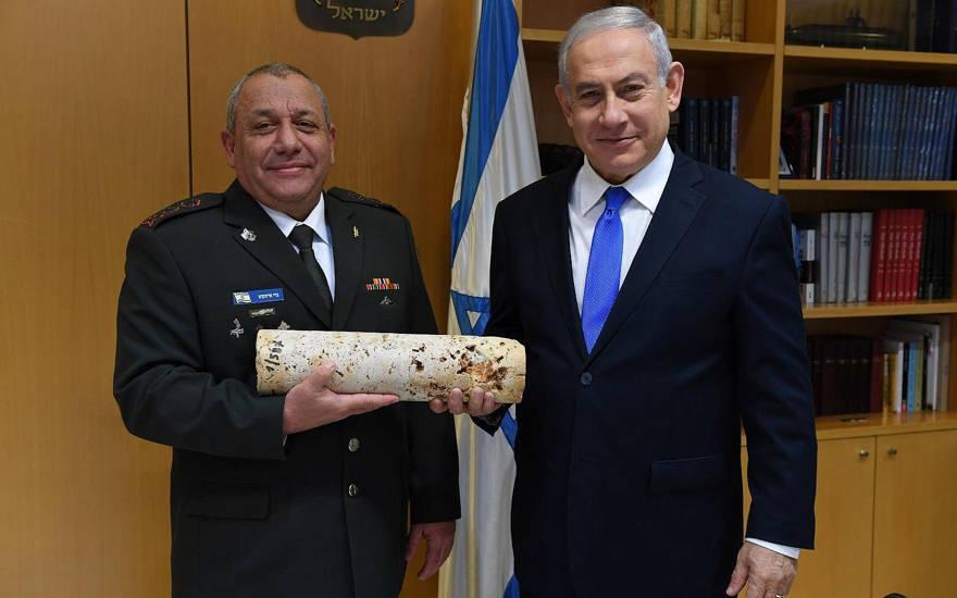El jefe saliente de las FDI Gadi Eisenkot (L) y el primer ministro Benjamin Netanyahu posan con un trozo de piedra de la operación del ejército para localizar y destruir túneles fronterizos desde el Líbano donde fue excavado por el grupo terrorista Hezbollah, en el Ministerio de Defensa de Tel. Aviv, el 15 de enero de 2019. (Ariel Hermoni / GPO)