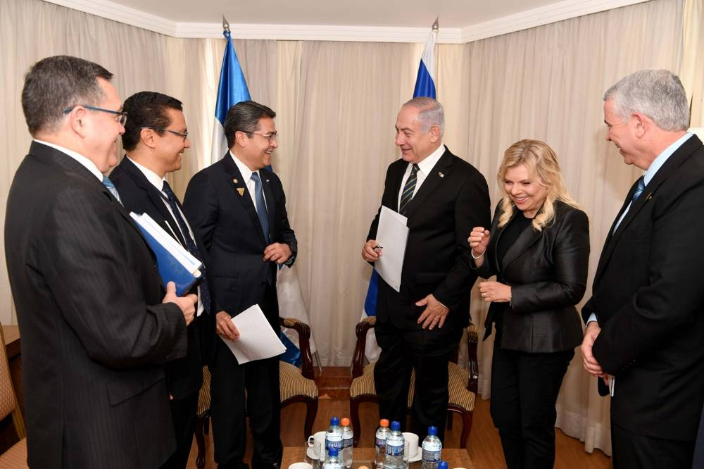 Benjamin Netanyahu, tercero a la derecha, y Juan Orlando Hernández, tercero a la izquierda, reunidos en Brasilia, Brasil, el 1 de enero de 2019. (Avi Ohayon / GPO)