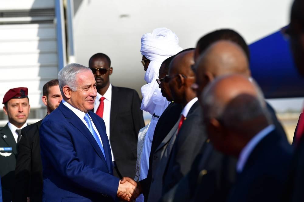 El primer ministro Benjamin Netanyahu llega a Chad y le da la mano al ministro de Relaciones Exteriores de Chad, Mahamat Zene, en enero 20,2019.Kobi Gideon / GPO