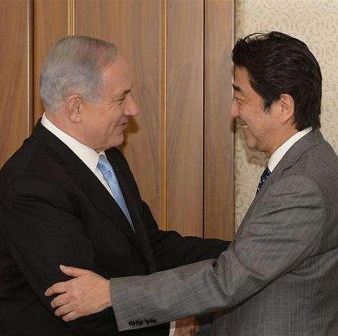 Benjamin Netanyahu saluda a Shinzo Abe en su primera visita a Israel en 2015 (Foto: GPO)