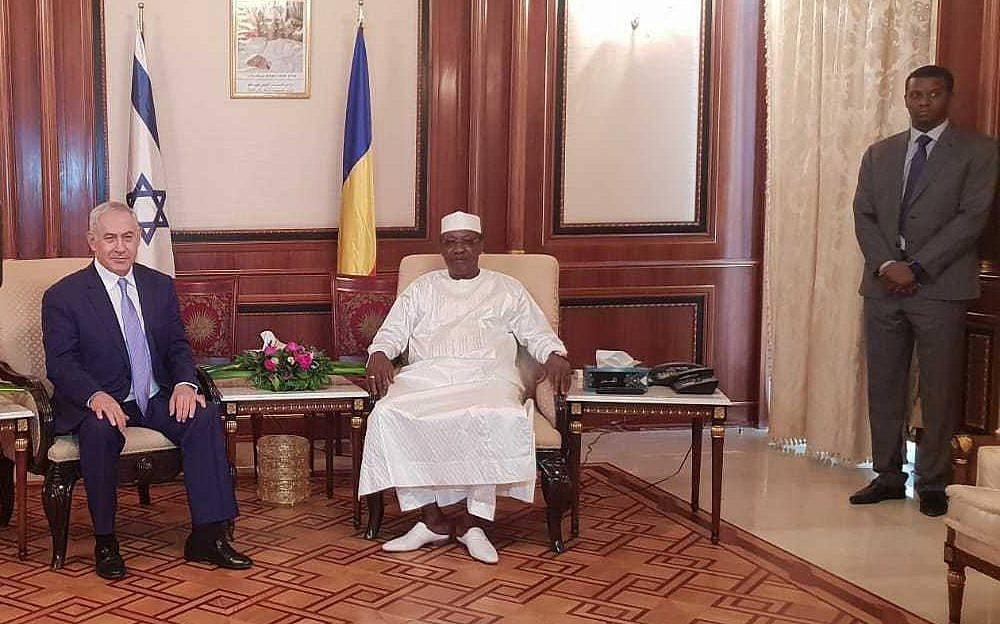 El primer ministro Benjamin Netanyahu, a la izquierda, y el presidente de Chad, Idriss Déby, fueron vistos en el palacio presidencial en N'Djamena, Chad, 20 de enero de 2018. (Oficina de Prensa del Gobierno)