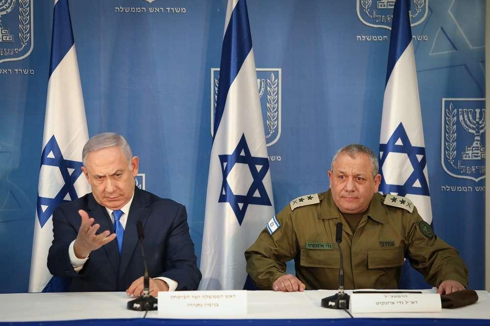 El primer ministro Benjamin Netanyahu (izquierda) y el jefe de estado mayor de las FDI Gadi Eisenkot hacen declaraciones a la prensa en la sede militar de Kirya en Tel Aviv, el 4 de diciembre de 2018 (Noam Revkin Fenton / Flash 90)