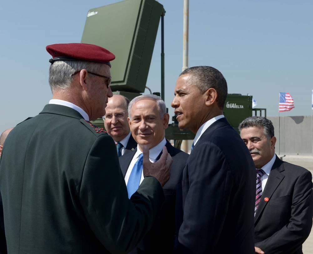 El entonces presidente de los Estados Unidos, Barack Obama, a la derecha, el jefe de personal de las FDI, el teniente general Benny Gantz, a la izquierda, el entonces ministro de defensa Moshe Ya'alon y el primer ministro Benjamin Netanyahu en el contexto de una batería anti cohete Cúpula de Hierro, marzo 20, 2013. (Avi Ohayon / GPO / Flash 90)