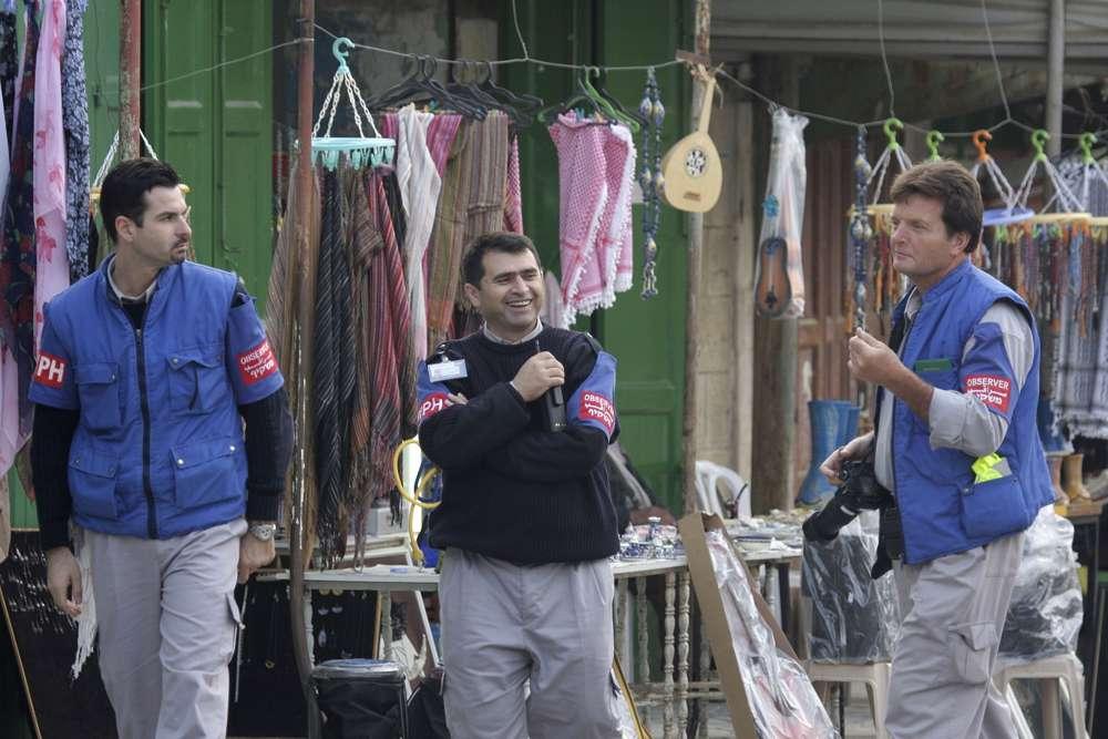 Ilustrativo: Los observadores de TIPH, un grupo de monitores internacionales, caminan en una calle de Hebrón el 19 de noviembre de 2007. (Nati Shohat / Flash 90)