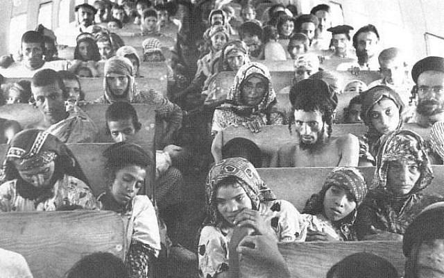 Judíos yemeníes a bordo de un avión a Israel en operación Magic Carpet, 1949 (crédito de foto: Wikimedia Commons)
