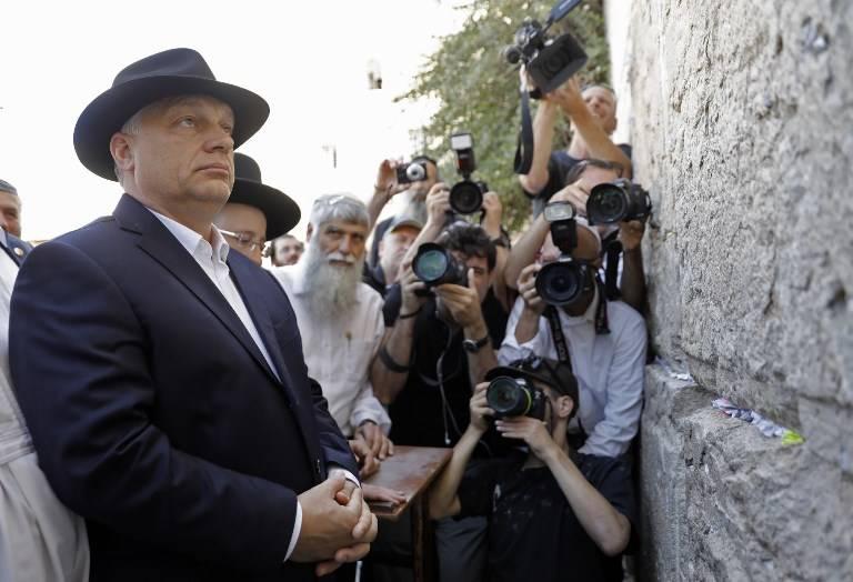 El primer ministro húngaro, Viktor Orban, visita el Muro Occidental en la Ciudad Vieja de Jerusalén el 20 de julio de 2018. (AFP PHOTO / MENAHEM KAHANA)
