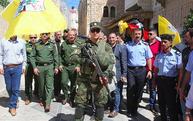 Las fuerzas de seguridad de la Autoridad Palestina recorren el uniforme de Hebrón, controlado por Israel. (Wafa)