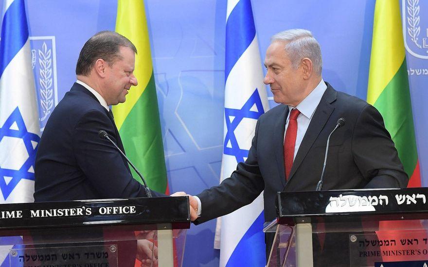 El primer ministro Benjamin Netanyahu (derecha) se reúne con el primer ministro lituano, Saulius Skvernelis, en Jerusalem, el 29 de enero de 2019 (Amos Ben-Gershom / GPO)