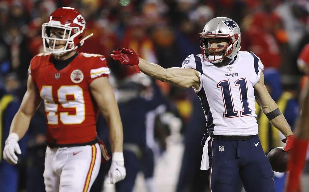 El receptor abierto de los New England Patriots, Julian Edelman (11), reacciona luego de lograr un primer intento durante la primera mitad del juego de fútbol de la NFL del Campeonato de la AFC contra los Chiefs de Kansas City, el domingo 20 de enero de 2019 en Kansas City, Mo. (Foto AP / Charlie Neibergall)