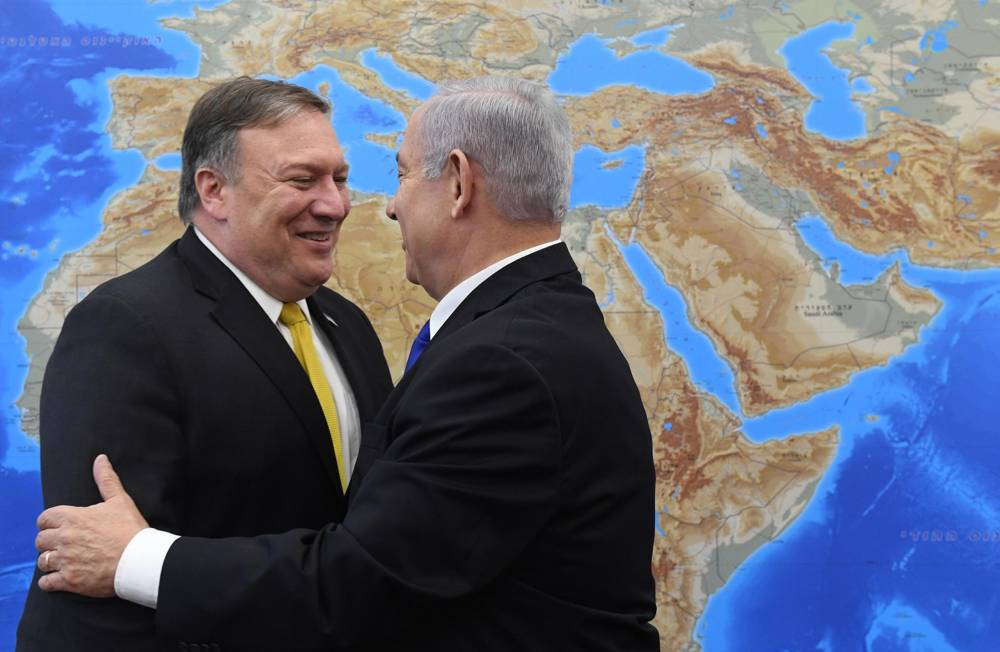 El Secretario de Estado de los EE. UU., Mike Pompeo (izquierda) se reúne con el Primer Ministro Benjamin Netanyahu en Tel Aviv el 29 de abril de 2018 (Haim Zach / GPO)