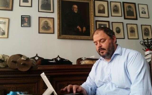 Rabí Zoltán Radnóti en su oficina de Budapest, 17 de julio de 2017 (Raphael Ahren / Times of Israel)