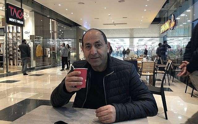 El rey del supermercado, Rami Levy, toma café en Atarot Mall, su nuevo complejo en Jerusalem (Jessica Steinberg / Times of Israel)