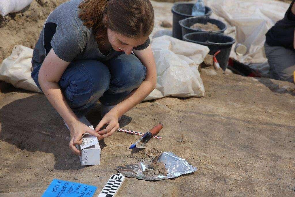 Rivka Chasan, estudiante de doctorado de la Universidad de Haifa, realiza excavaciones en Tel Tsaf en 2017. (cortesía)