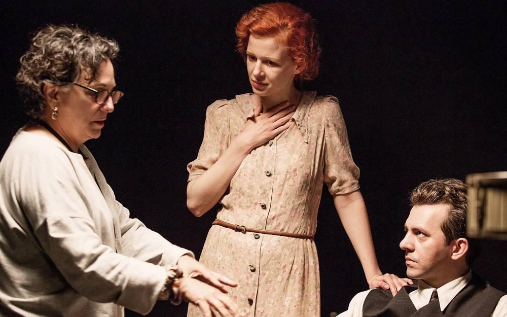 De izquierda a derecha: la directora Roberta Grossman con los actores Karolina Gruszka (Judyta Ringelblum) y Piotr Głowacki (Emanuel Ringelblum) en el plató de Polonia. (Anna Wloch / Cortesía)
