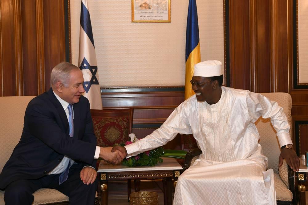 El primer ministro Benjamin Netanyahu, a la izquierda, y el presidente de Chad, Idriss Déby, fueron vistos en el palacio presidencial en N'Djamena, Chad, 20 de enero de 2018. (Kobi Gideon / GPO)