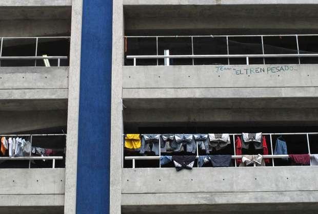 El estacionamiento del centro comercial Sambil Candelaria, expropiado de un constructor judío en 2010, ahora alberga a cerca de 3.000 ocupantes ilegales.