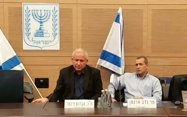 El jefe del servicio de seguridad Shin Bet, Nadav Argaman, a la derecha, habla en el Comité de Asuntos Exteriores y Defensa de la Knesset, dirigido por Likud MK Avi Dichter, a la izquierda, el 24 de diciembre de 2017. (Captura de pantalla)