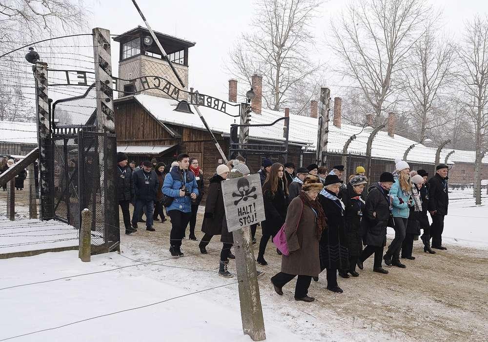 Los ex presos y sus invitados llegan para la ceremonia que marca el 74 aniversario de la liberación de KL Auschwitz-Birkenau, en Oswiecim, Polonia, el 27 de enero de 2019. (Czarek Sokolowski / AP)