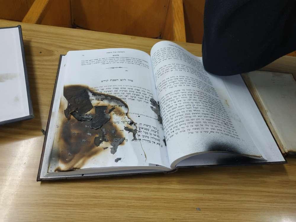 Se encontró un libro de oraciones quemado en la sinagoga de Netanya después del ataque de vandalismo, 27 de enero de 2019 (Unidad del Portavoz de la Policía)