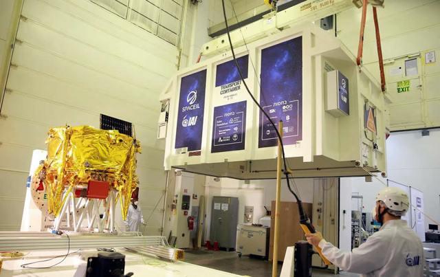 """La primera nave espacial lunar israelí, llamada """"Beresheet"""", se cargó en un contenedor de envío el 17 de enero de 2019, en Israel, para ser enviada a Florida antes de la histórica misión espacial de SpaceIL a la Luna, programada para mediados de febrero. Foto de Tomer Levi."""