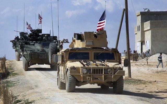 Este martes, 7 de marzo de 2017, la captura de imágenes del video muestra a las fuerzas estadounidenses patrullando en las afueras de la ciudad siria, Manbij, un punto crítico entre las tropas turcas y los combatientes sirios aliados y combatientes kurdos respaldados por Estados Unidos, en la aldea de Al-Asaliyah, provincia de Aleppo. Siria. (Red árabe 24, vía AP, Archivo)