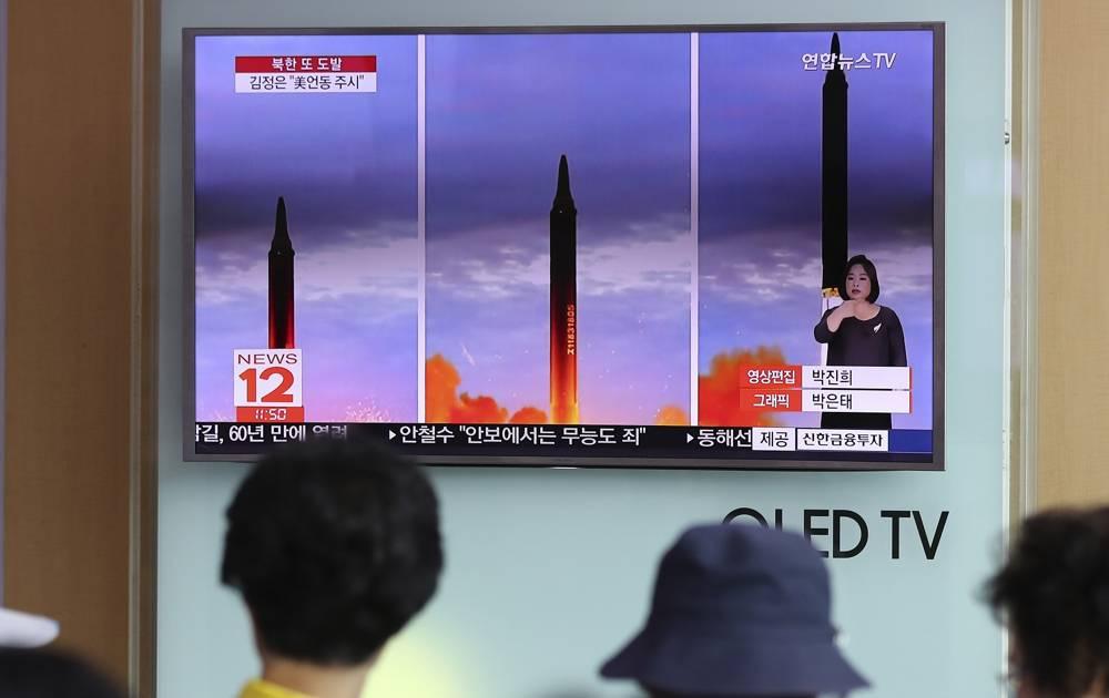 La gente mira una pantalla de televisión que muestra un programa de noticias local que informa sobre el lanzamiento de misiles de Corea del Norte en la estación de tren de Seúl en Seúl, Corea del Sur, el miércoles 30 de agosto de 2017. Al disparar un misil sobre Japón y colocar el Asia-Pacífico, incluido el territorio de EE. UU. Guam, en aviso de pruebas cada vez más ambiciosas, el Norte se ha ganado un mayor espacio para más pruebas de armas que Washington y Seúl consideran provocativas.(Foto AP / Lee Jin-man)