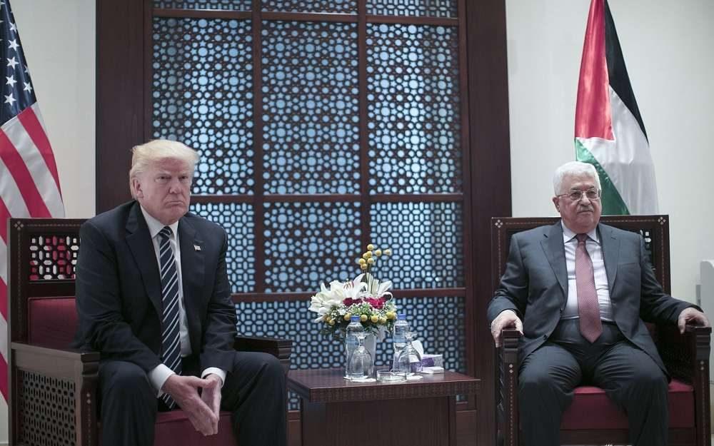 El presidente de la Autoridad Palestina, Mahmoud Abbas, a la derecha, se encuentra con el presidente de los Estados Unidos, Donald Trump, en la ciudad de Belén, Cisjordania, el 23 de mayo de 2017. (Fadi Arouri, Xinhua Pool a través de AP)