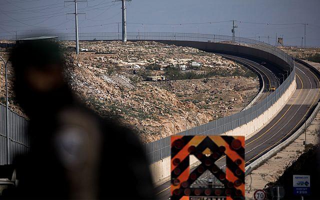 La policía fronteriza israelí vigila un puesto de control recién abierto en la Ruta 4370, que separa el tráfico israelí y palestino con un muro de ocho metros. 10 de enero de 2019. (Yonatan Sindel / Flash90)