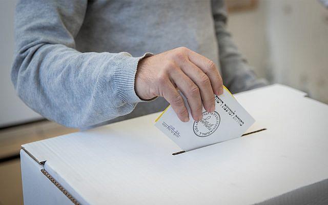 lustrativo: un hombre echa su voto en una mesa de votación en las elecciones municipales de Israel, el 30 de octubre de 2018, en Jerusalén. (Yonatan Sindel / Flash90)