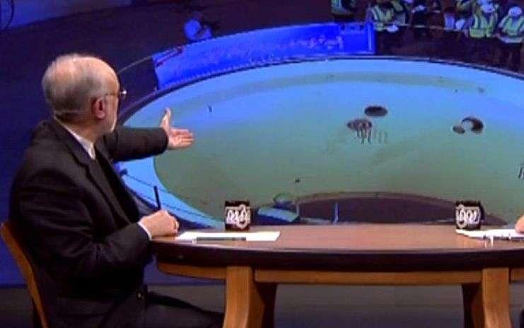 Captura de pantalla del video que muestra al jefe de la Organización de Energía Atómica de Irán, Ali Akbar Salehi, que señala el pozo del reactor vacío dentro de la instalación nuclear de Arak en Irán, 22 de enero de 2019. (Memri)